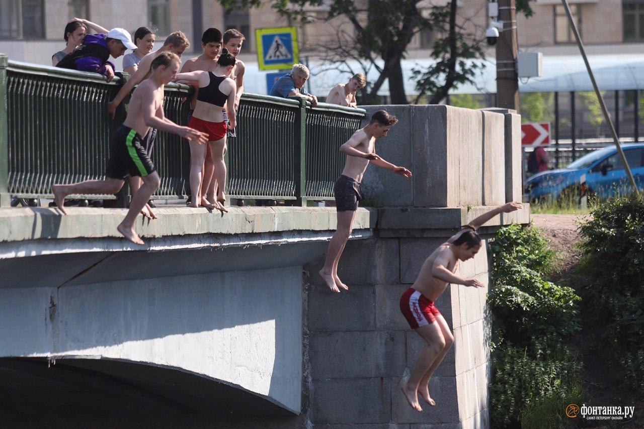 """Летом 2020 года группа молодых людей <a href=""""https://www.fontanka.ru/2020/06/15/69316060/"""" target=""""_blank"""" class=""""_"""">развлекалась прыжками с моста</a> неподалеку от стадиона «Петровский». Подростки отметились лозунгами АУЕ в ответ на требование полиции отойти от ограждения моста."""