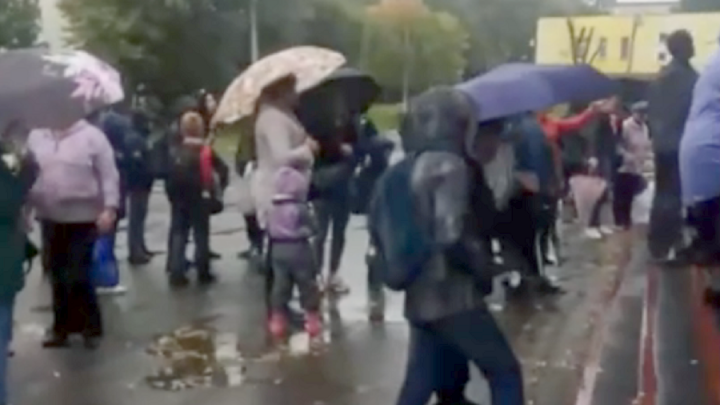 В Перми школьники ждали под дождем, пока им проверят температуру. Куда на это пожаловаться?
