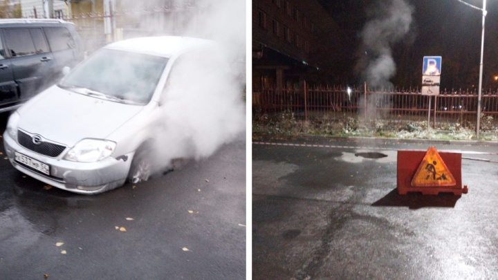 В Новосибирске автомобиль провалился в яму с паром на парковке у ТЦ