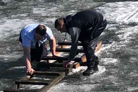 Полицейский спас тонущего в реке Кан мужчину с помощью лестницы