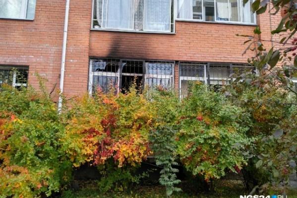 Окно с противоположной стороны от входа в клинику. Это говорит о большой площади пожара
