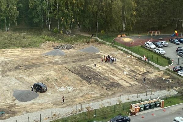 Парковку начали строить на Бейвеля в ЖК «Александровский»