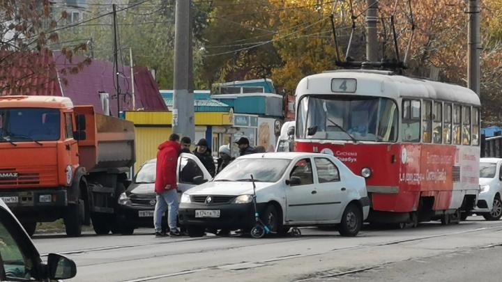 «Самокат под колесами»: у парка Победы Renault сбил женщину-пешехода