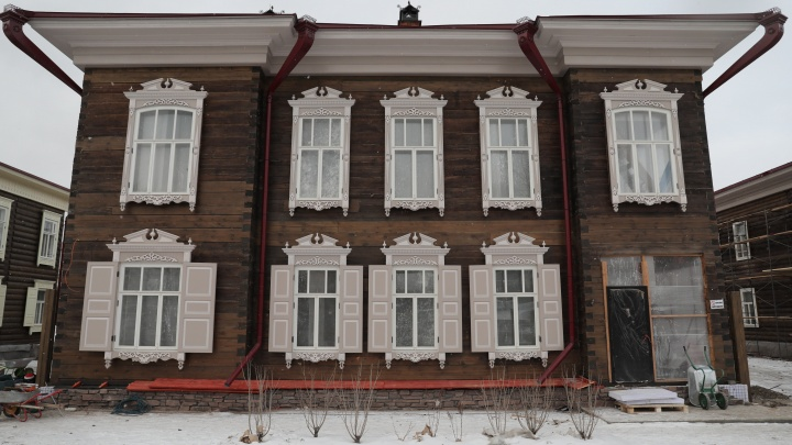 Старинные дома в Историческом квартале Красноярска освобождают от строительных заборов