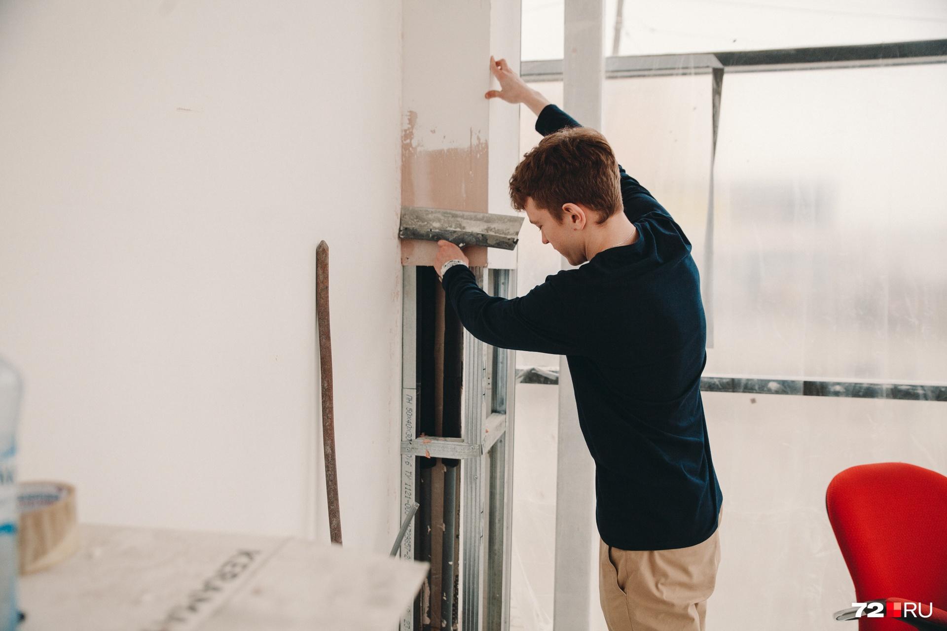 Ремонт тоже требует вложений, чтобы на чем-то сэкономить или быстрее сделать все отделочные работы, Степан Загваздин сам берет в руки строительные инструменты