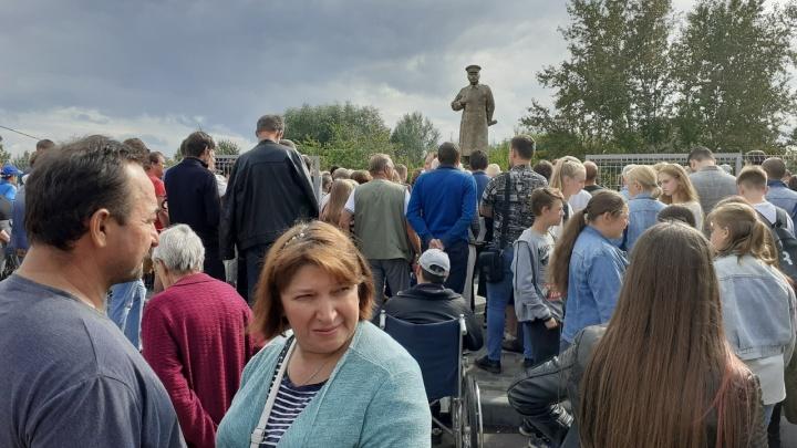 Никита Джигурда поет около памятника Сталину на Бору