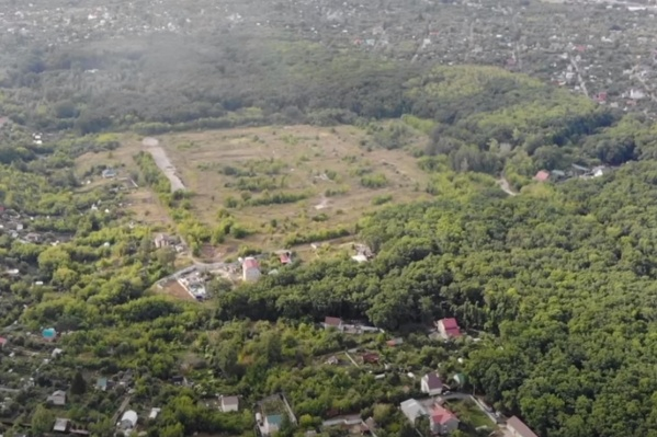 Территорию военного городка окружает дачный посёлок