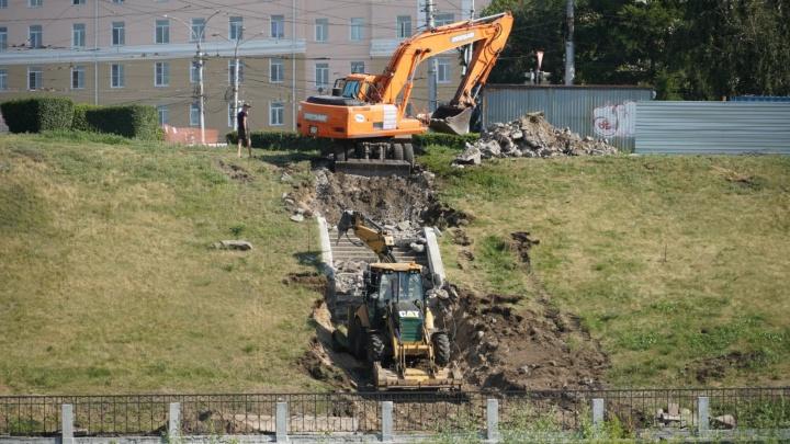 Экскаваторы разнесли лестницу в центре — началась реконструкция набережной реки Оми