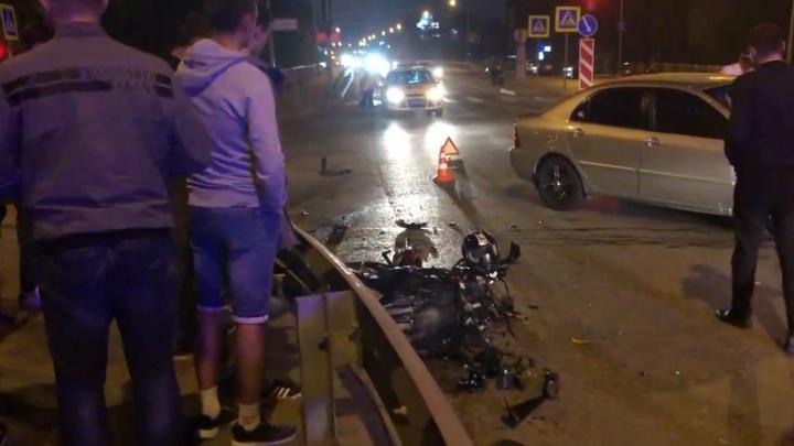 В столкновении иномарки и мотоцикла в Тюмени пострадали молодой байкер и его пассажирка