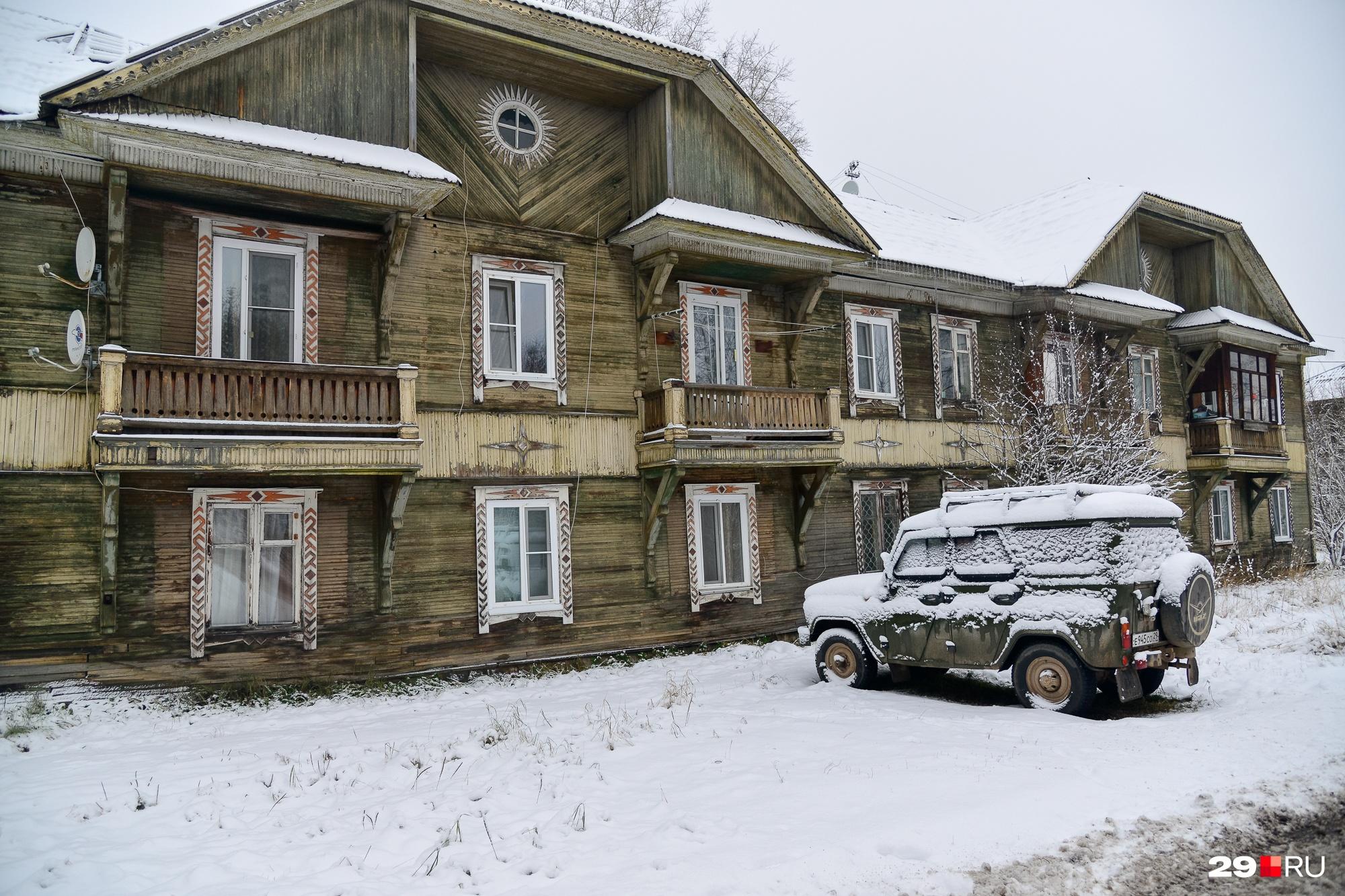 Этот дом стал еще одной жертвой невнимания чиновников и управляющей компании к прошлому поселка рабочих комбината