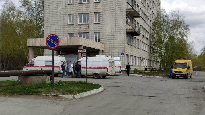 У инфекционки в Новосибирске выстраиваются машины скорой: Минздрав объяснил, почему так происходит