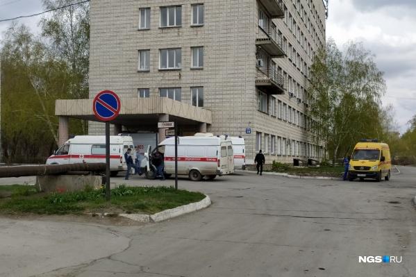 В 14:10 возле ГКБ № 11 стояли четыре скорые и одна реанимация. Утром, по словам читателей НГС, машин было больше