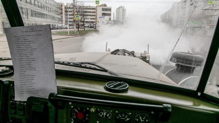 Машина с авиационным двигателем стала обрабатывать Челябинск хлоркой и сломалась. Репортаж из кабины