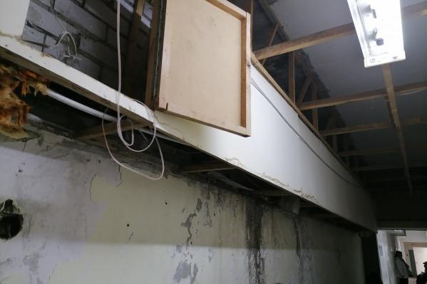 Над головами пациентов Городищенской поликлиники висят провода и трубы канализации