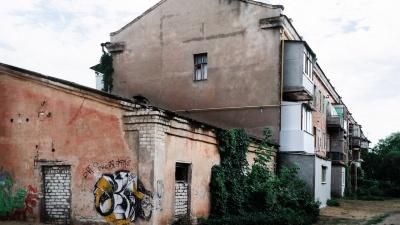 Рассыпающиеся дома и цветы у подъездов: блеск и нищета Нижнего Тракторного