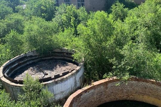 На территории бывшего завода много опасных участков