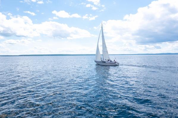 Если еще повезёт оказаться в августе на Увильдах, можно прокатиться на яхте, модном сапсёрфе или же погрузиться на дно с аквалангом