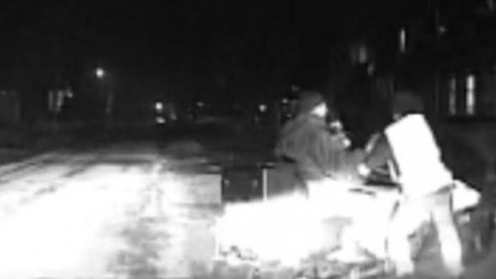Пьяный водитель попытался скрыться от инспекторов на снегоходе по асфальту