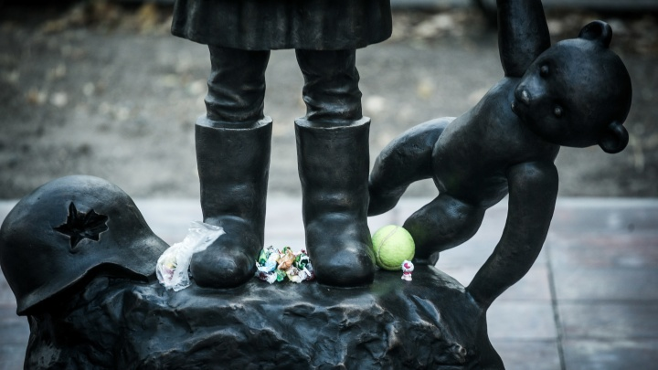 «Состояние ужаса и беспомощности»: волгоградцы несут игрушки и леденцы к памятнику детям Сталинграда
