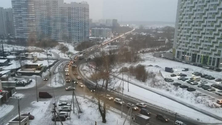 «Я на работу хочу, не пускают»: жители Широкой Речки застряли в глухой пробке из-за аварии