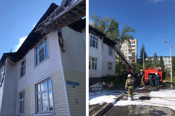 В результате пожара у дома сгорела крыша, а помещения оказались залиты водой