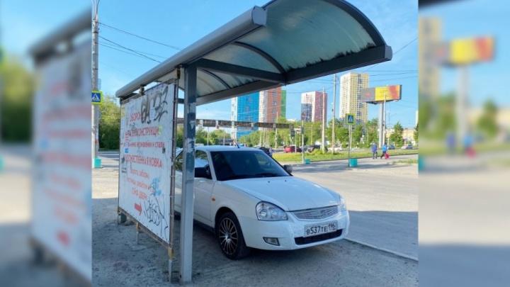 «Я паркуюсь как...»: стоянка под козырьком остановки и наглые инкассаторы