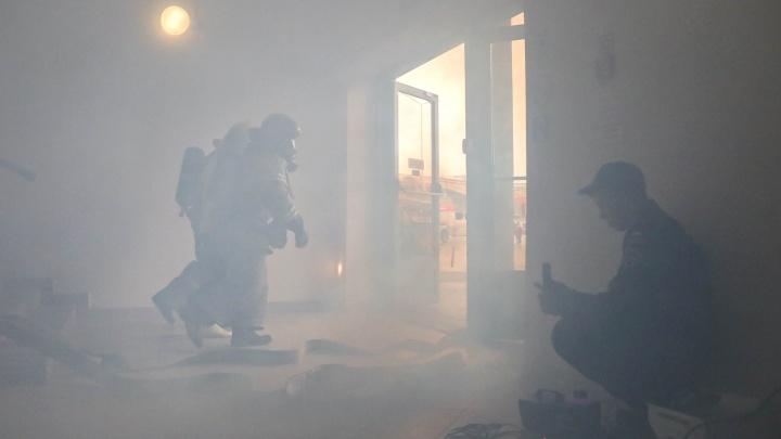 Эвакуировали 900 человек, устранили пожар на фуд-корте: смотрим на учения МЧС в «Фантастике»