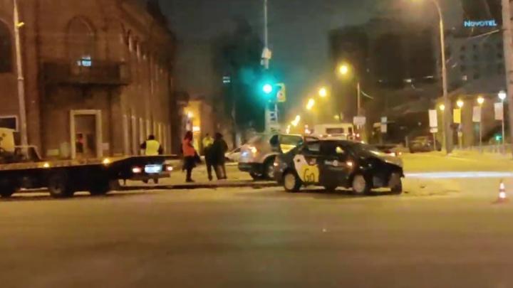 Такси от удара развернуло, сработали все подушки безопасности: серьезное ДТП в центре Екатеринбурга