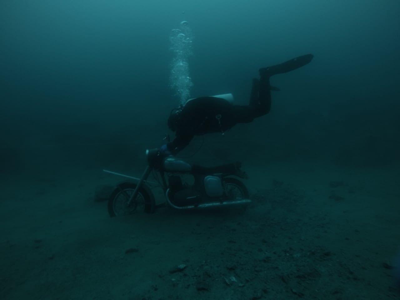 На карьере Лазурном под водой можно найти мотоцикл
