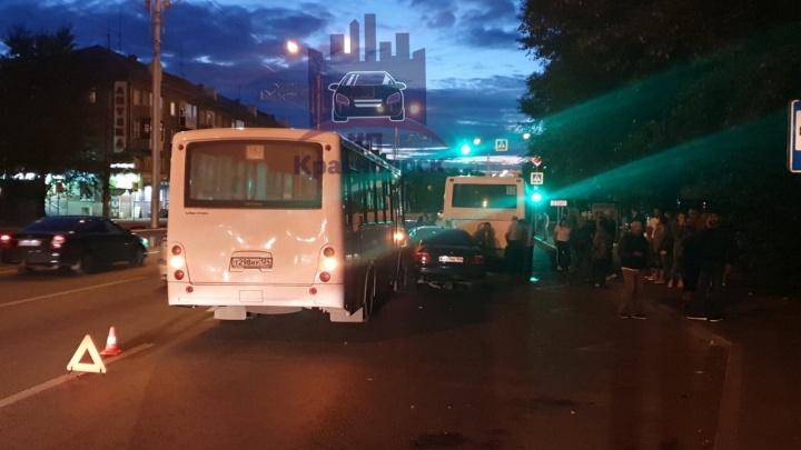 Четыре автомобиля и два автобуса сошлись в массовой аварии на Мичурина