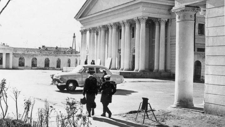 В Сети появилось 60-летнее фото здания омского театра: оказывается, к нему была пристроена галерея