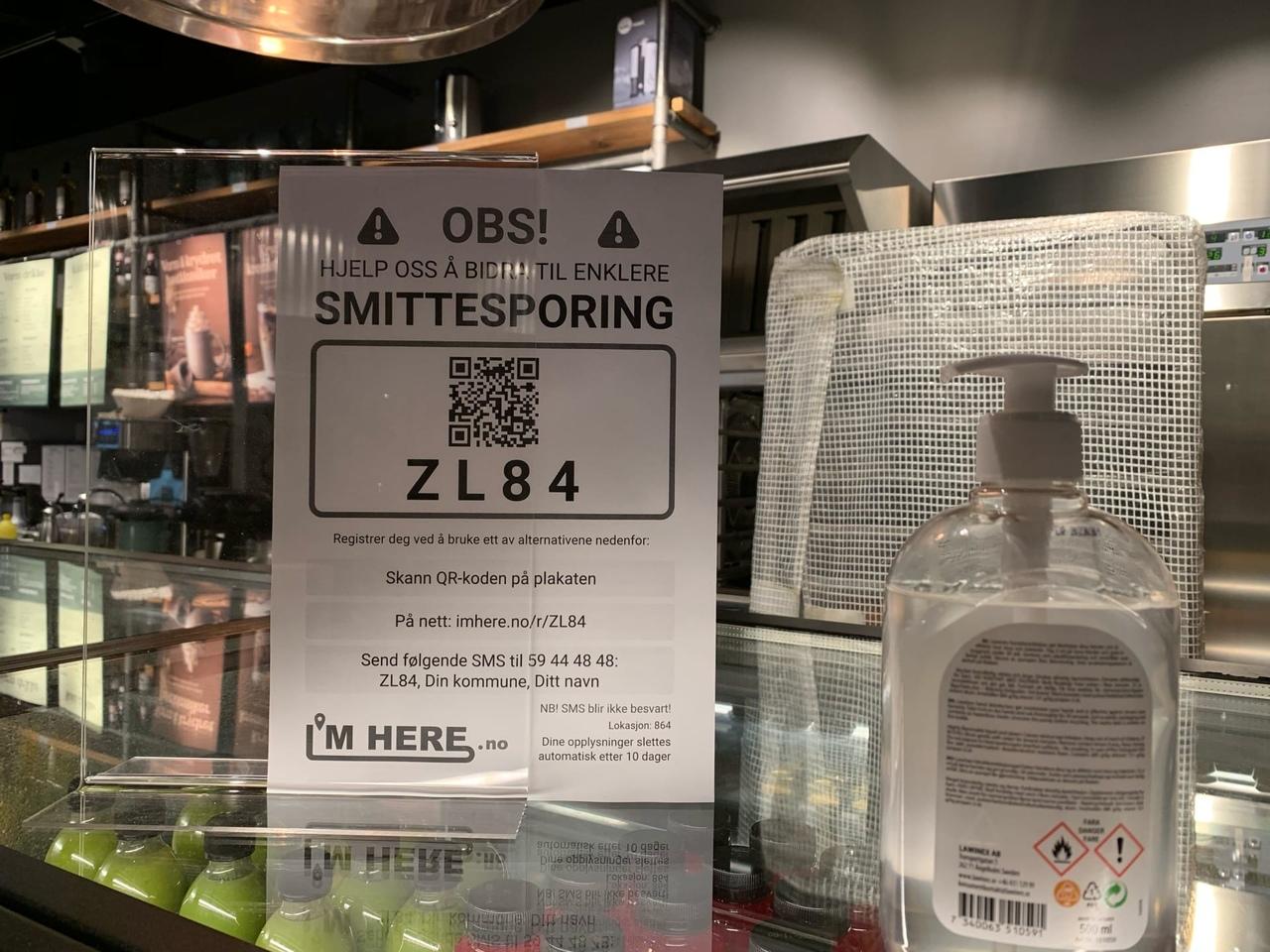 В кафе и других общественных местах можно найти таблички сQR-кодами, их нужно отсканировать смартфоном, чтобы отметиться, что ты тут был