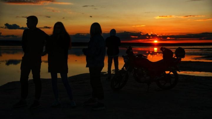 Красота рядом: фоторепортаж о том, как увидеть шикарный закат из-за того, что твоя машина застряла в озере