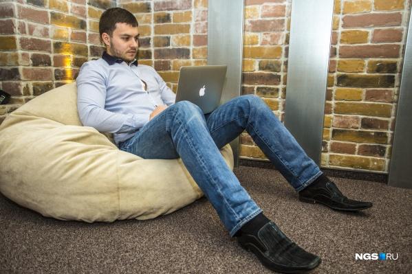 Если вы живёте не в одиночку, лучше изолироваться в отдельной комнате