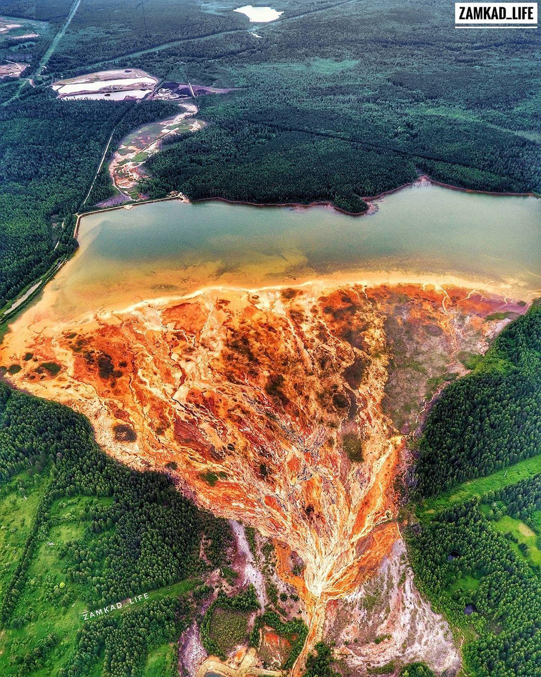 Кислотные воды из шахт скапливаются в специальном пруду, их нейтрализуют с помощью извести