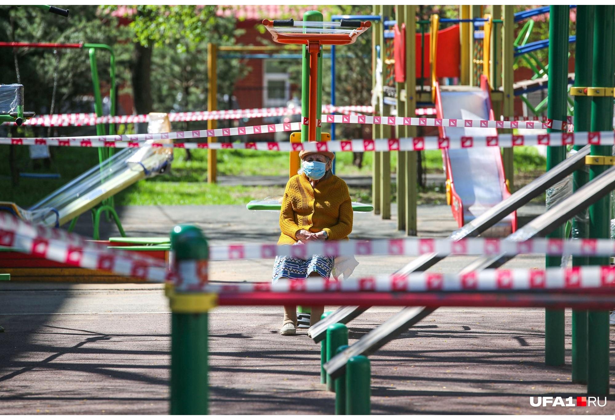 День Победы Уфа, как и вся страна, отметила в условиях самоизоляции. Пенсионерам в этом году пришлось особенно нелегко, ведь они оказались в зоне риска