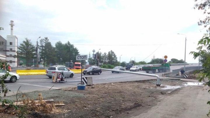 На недавно открытой в Челябинске развязке грузовик оборвал провода и повалил столбы, возникла пробка