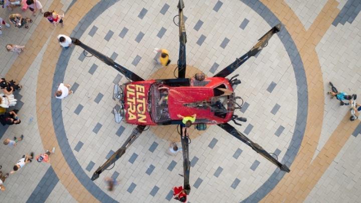 «Кто-то осмелился и на такое»: покалеченного гигантского кибер-паука увезли из Волгограда
