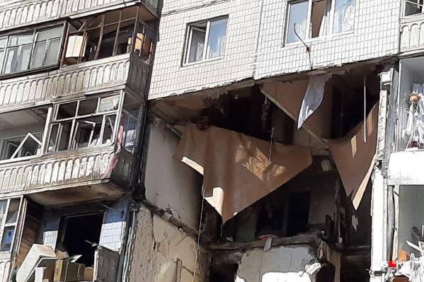 На фото видно, как пол провис над выбитой квартирой