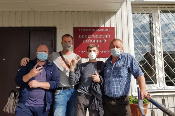 В ночь с 14 на 15 мартаАлексей Козлов, управлявший экскаватором, снес вагончик активистов, которые пытались воспрепятствовать въезду грузовиков