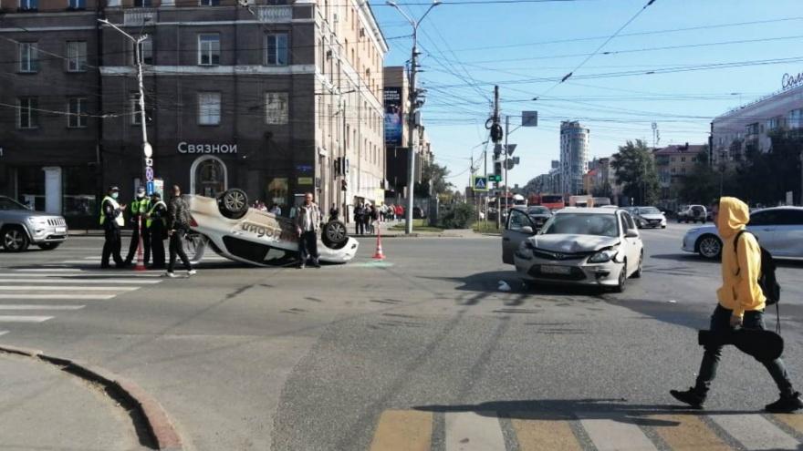 Появилось видео с моментом переворота такси на Маркса