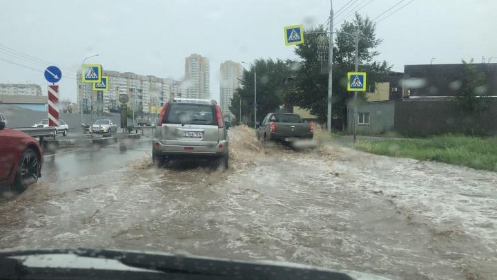Пришедший в Красноярск ливень топит улицы города
