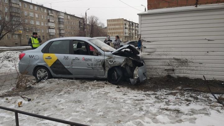 Водитель такси в Челябинске столкнулся с маршруткой и врезался в пятиэтажку