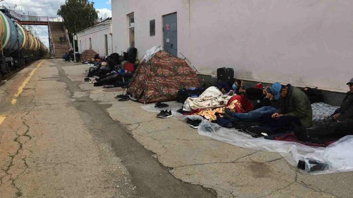 Для мигрантов, которые поселились на вокзале в Кинеле, разбили лагерь