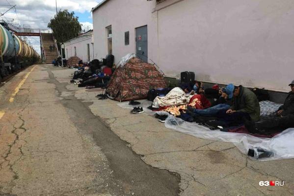 Некоторые иностранцы спали прямо на улице