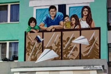 В Екатеринбурге появились огромные граффити с семьей, которая пережила самоизоляцию