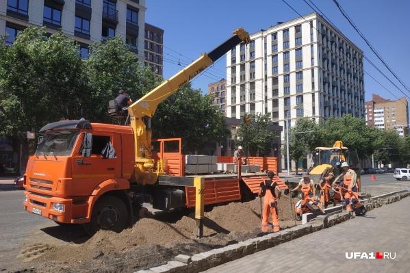 Рабочие трудятся на этом участке дороги с начала лета