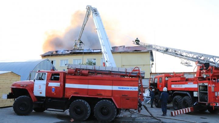 В Кургане более пяти часов тушили пожар в промзоне