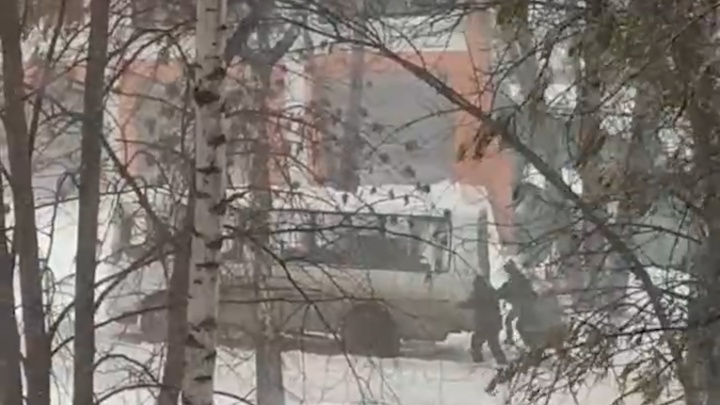 В Самаре пассажирам пришлось толкать застрявшие в снегу автобусы: видео