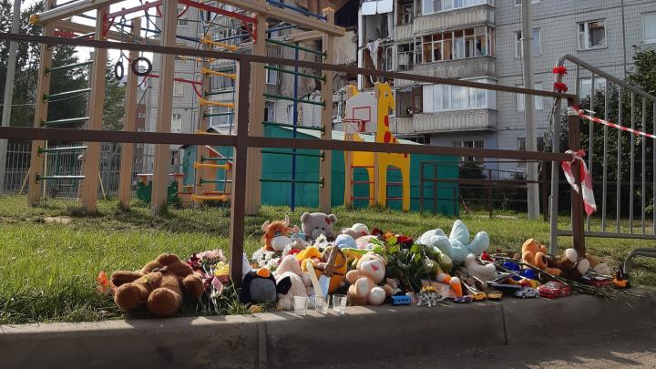 Игрушки, принесённые к взорвавшемуся дому в Ярославле, увезла спецслужба